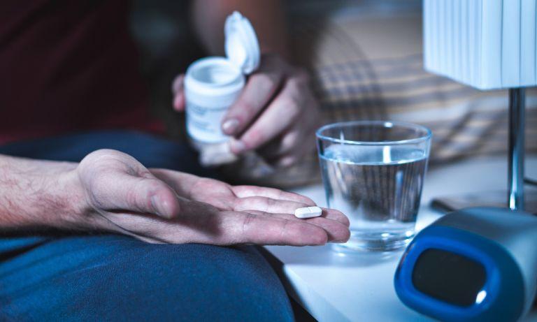 mans-hand-holding-sleeping-pill-768